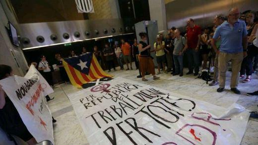 Las bases independentistas más radicales ocupan edificios de la Generalitat para exigir la república catalana ya