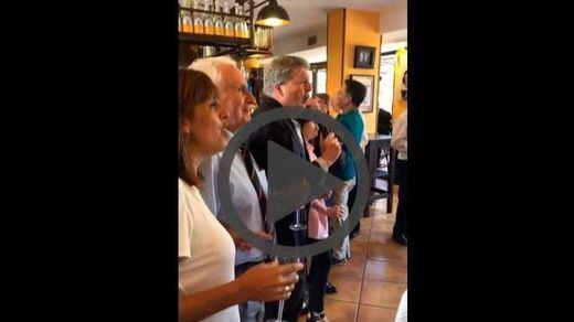 Sáenz de Santamaría y Méndez de Vigo lo dan todo en el karaoke