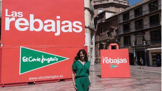 El Corte Inglés adelanta #LasRebajas y lleva a la calle su mítica bolsa, de 9 metros de altura