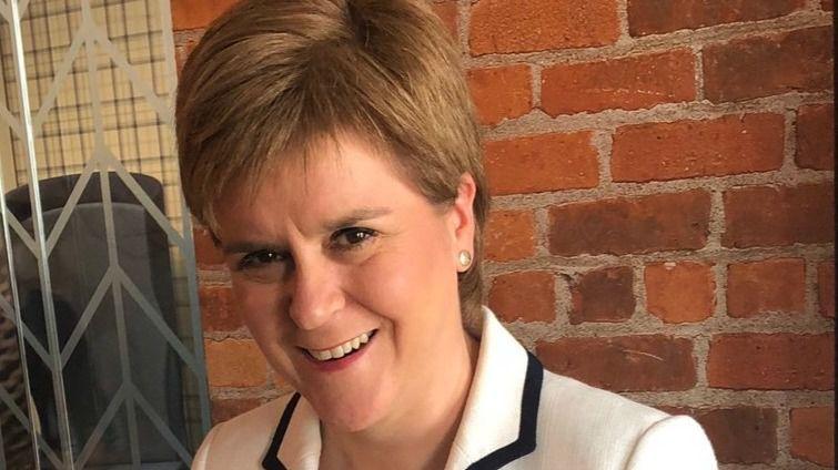 La primera ministra de Escocia celebra así el paso atrás de Llarena
