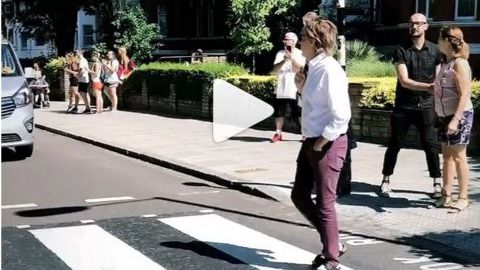 El vídeo viral de Paul McCartney cruzando el mítico paso de peatones de Abbey Road