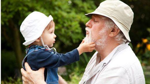 7 de cada 10 abuelos juegan un papel clave en la educación y cuidado de los nietos