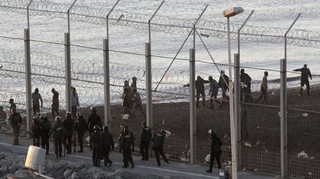 Masivo y violento asalto a la valla de Ceuta: 132 migrantes y 22 guardias civiles han resultado heridos