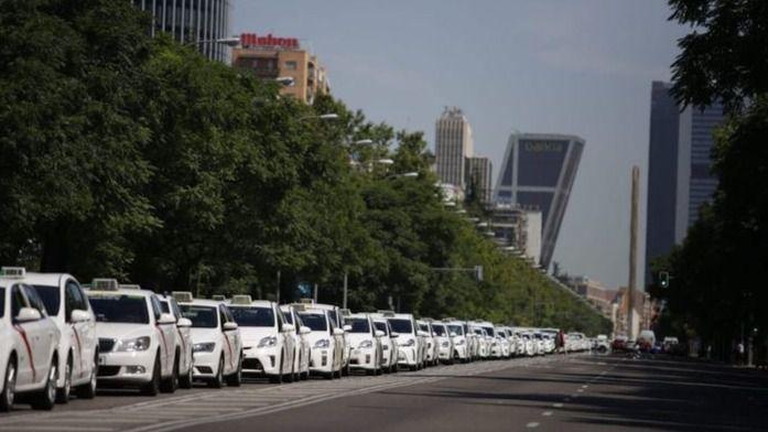 Los taxistas paralizan Barcelona y Madrid para poner fin a su guerra con las compañías de VTC