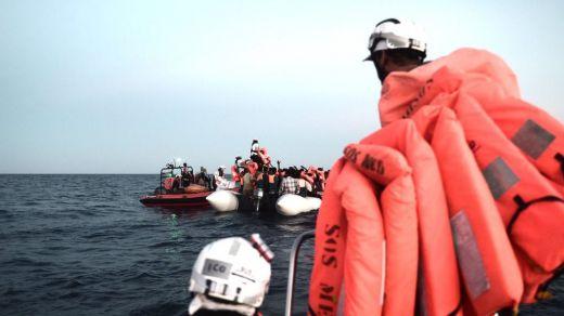 El barco 'Aquarius' vuelve a rescatar a más de 100 migrantes y espera un puerto para llegar a Europa
