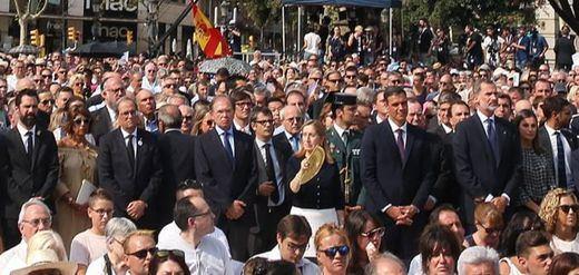 El homenaje a las víctimas del 17-A discurrió con normalidad y sólo con pequeños abucheos al Rey