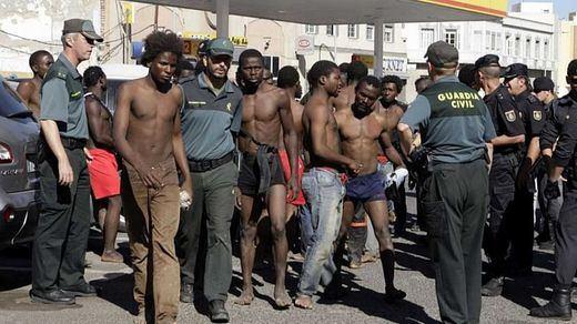 Un ex guerrillero de Togo y otros 9 inmigrantes, detenidos por el ataque a la Guardia Civil con cal viva en Ceuta