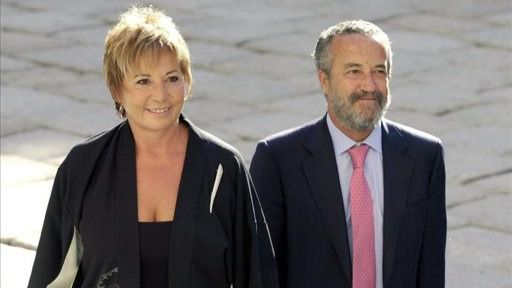 Después de acabar con Celia Villalobos, Casado va ahora a por su marido, Pedro Arriola