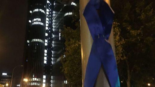 Y en Madrid llegan los lazos azules en las calles: esto es lo que representan
