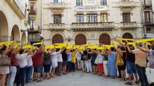 Archivan la causa contra 14 activistas que quitaron lazos amarillos en Cataluña