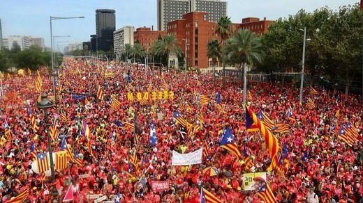 La 'ola' independentista desborda Barcelona en una Diada marcada por las ausencias