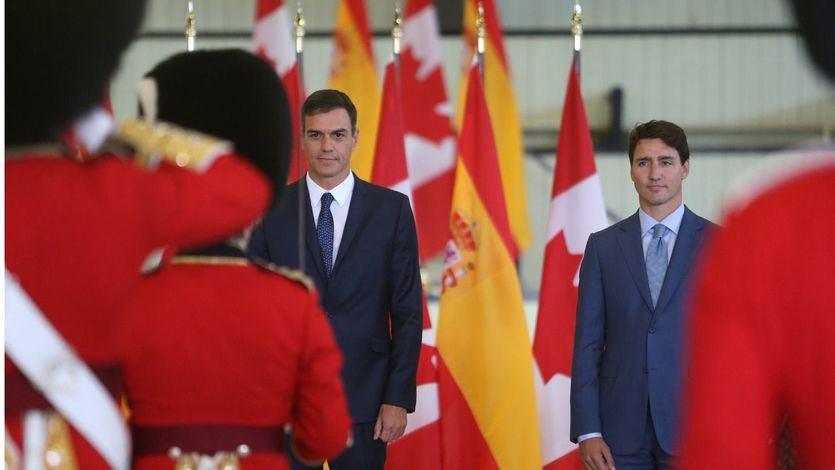 El presidente del Gobierno, Pedro Sánchez, y el primer ministro de Canadá, Justin Trudeau, pasan revista a las tropas con motivo de la visita del presidente español a Canadá