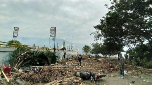 Al menos 384 muertos y más de 500 heridos por un terremoto y un tsunami en Indonesia