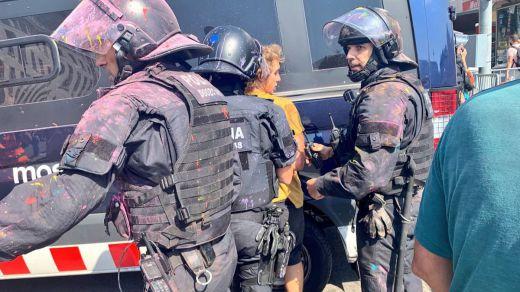 Nueva crisis en Cataluña tras cargar los Mossos contra independentistas en defensa de policías nacionales y guardias civiles