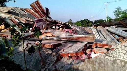 Aumentan a 832 los muertos por el tsunami en Indonesia