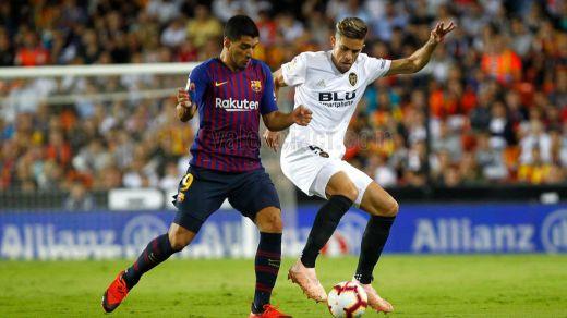 El Barça hace menos mala la crisis del Madrid y da aire a Lopetegui