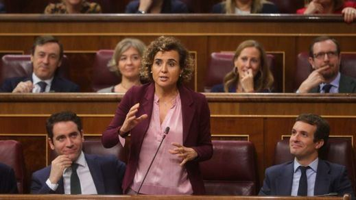 La 'performance' de Dolors Montserrat en su pregunta a Carmen Calvo