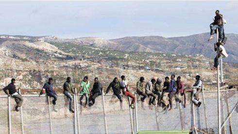 Un inmigrante muerto en el salto masivo a la valla de Melilla