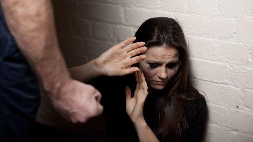 Los jueces del caso de 'la Manada' condenan a sólo 10 meses de prisión a un maltratador que casi mata a su mujer
