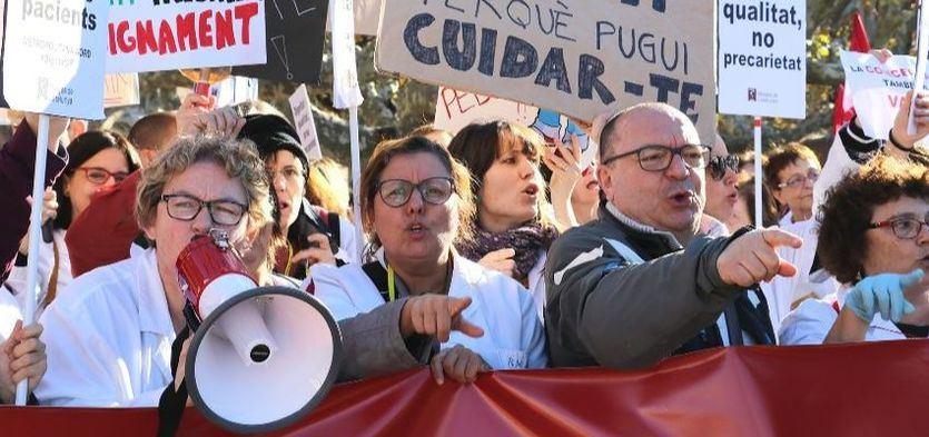 El Govern independentista catalán, acorralado por los colectivos sociales y profesionales, hartos de su dejación