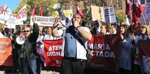 El Govern catalán, acorralado por los colectivos sociales y profesionales, hartos de sus recortes y la dejación