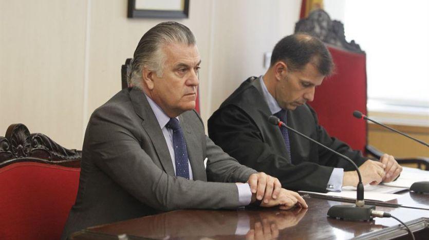 El juez cita a Bárcenas y su mujer, pero no a Cospedal y su marido por la 'Operación Kitchen'
