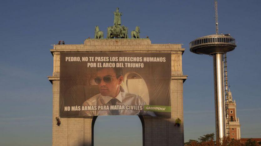 Greenpeace cuelga un meme gigante en el Arco del triunfo franquista para concienciar sobre los derechos humanos