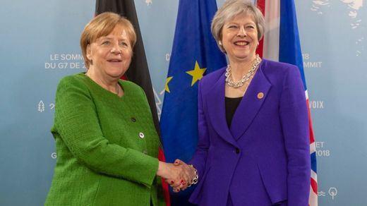 Theresa May se reunirá con Merkel el jueves tras aplazar la votación del Brexit en su país