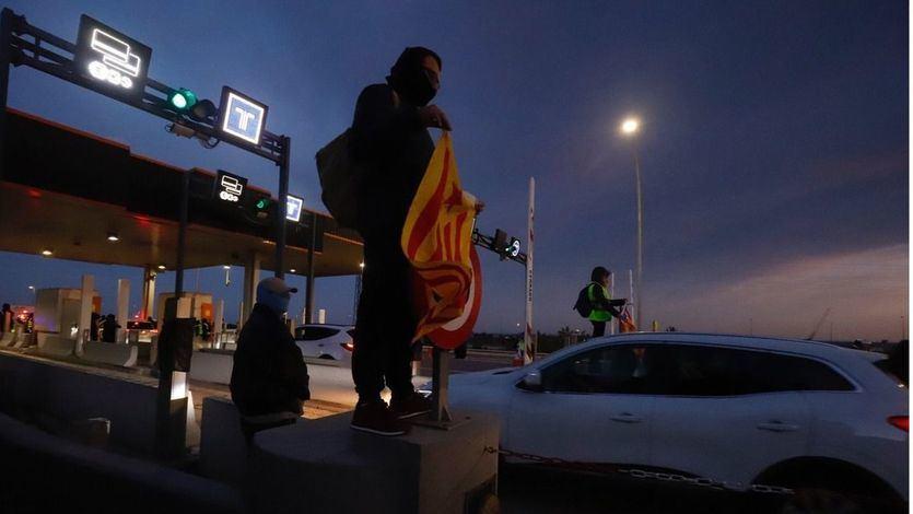 El Govern defiende la inacción de los Mossos ante los CDR y la Fiscalía inicia una investigación