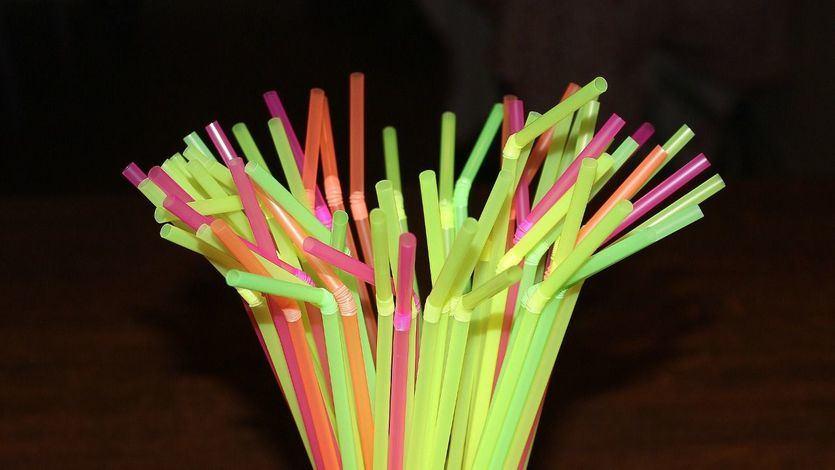 La UE aprueba una batería de normas que prohibirá las pajitas, cubiertos, vasos y otros objetos de plástico