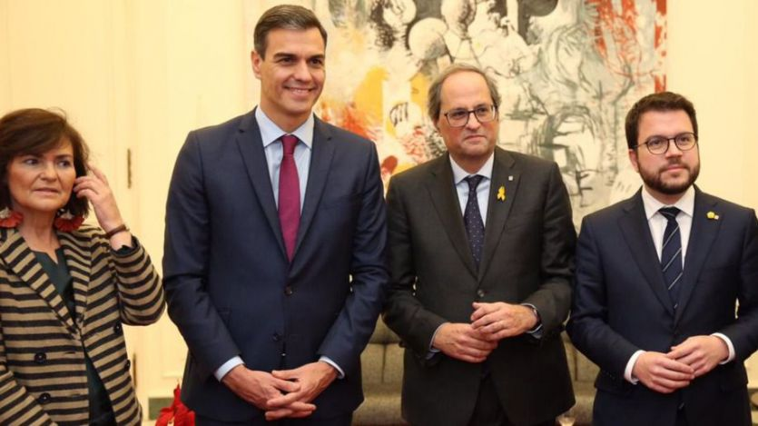 Histórica y polémica reunión del Gobierno central y catalán: Sánchez admite la 'existencia de un conflicto'