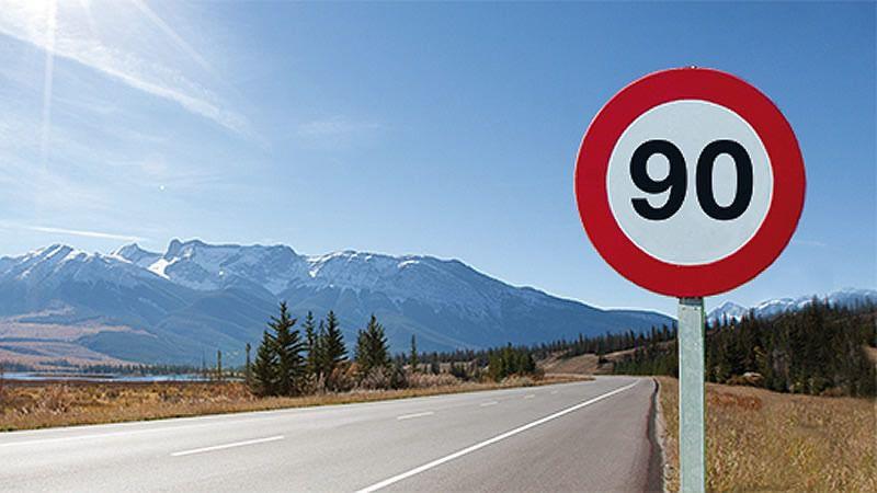 El límite de velocidad en las carreteras secundarias de un solo carril por sentido será de 90 km/h