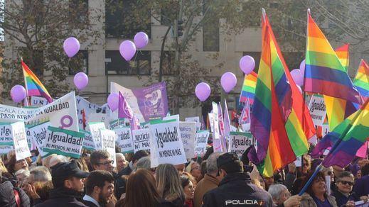 'En igualdad ni un paso atrás': protesta feminista frente al Parlamento andaluz