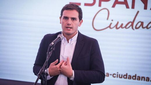 Albert Rivera, increpado e insultado por un grupo de taxistas en Atocha
