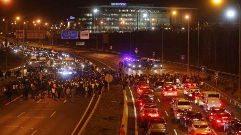 Los taxistas madrileños mantienen la huelga indefinida mientras los de Barcelona la cancelan
