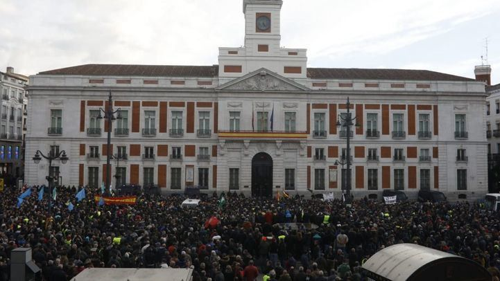 Los taxistas toman la Puerta del Sol para clamar contra el Gobierno madrileño del PP