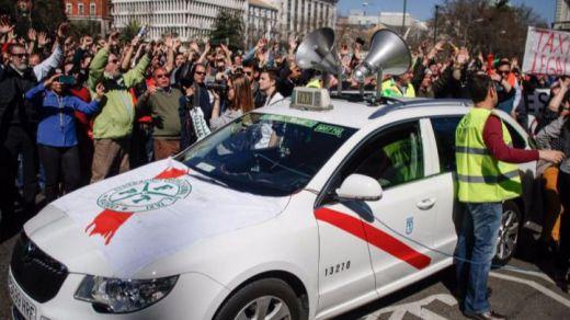 El PP toma parte contra el sector del taxi tras las protestas en su sede exigiendo la