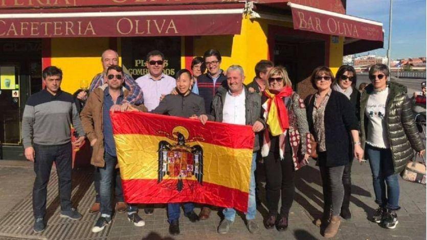 Una alcaldesa del PP defiende su posado con la bandera franquista tras una visita al Valle de los Caídos