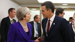 El presidente del Gobierno, Pedro Sánchez, saluda a la primera ministra de Gran Bretaña, Theresa May, antes de comenzar la reunión del Consejo Europeo en Bruselas.