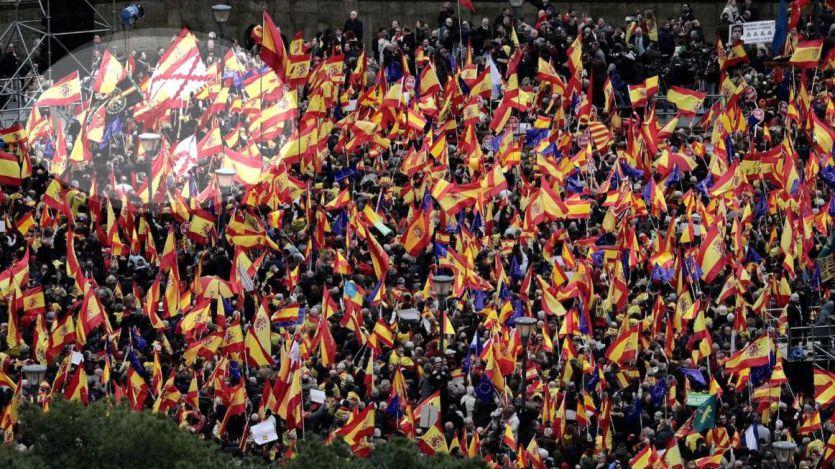 Dudoso 'pinchazo' y banderas preconstitucionales en una manifestación que se conjura para un pacto contra Sánchez