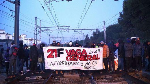 Día negro en Cataluña con actuaciones de los CDR durante la huelga general: carreteras cortadas, estaciones paralizadas...