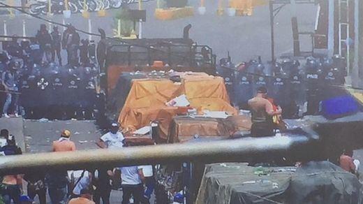 La entrada de la ayuda humanitaria se convierte en una batalla en las fronteras de Venezuela