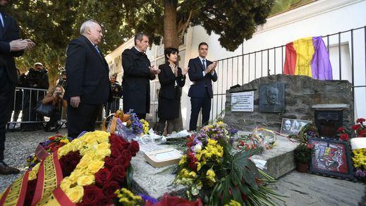 El Gobierno rinde homenaje al exilio republicano en las tumbas de Azaña y Machado