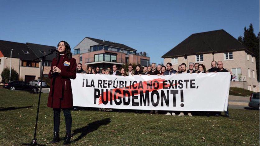 Arrimadas frente a la casa de Puigdemont en Waterloo