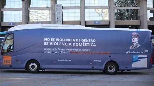 'HazteOir' vuelve a la carga con un autobús con el rostro de Hitler y el lema: 'Stop Feminazis'