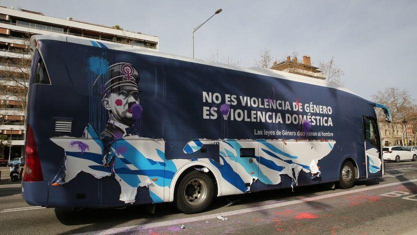 HazteOir denuncia que su autobús antifeminista fue asaltado por la extrema izquierda