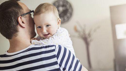 La ampliación de los permisos de paternidad está en el aire por un error en el BOE
