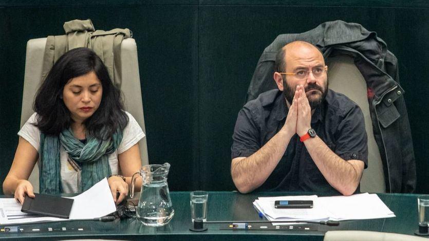 Rommy Arce, anticapitalista, y Pablo Carmona, de la Bancada, en un Pleno del Ayuntamiento