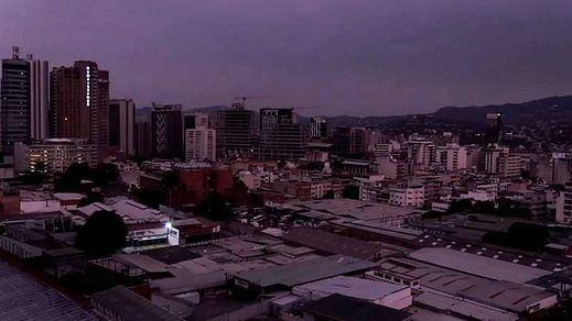 Un apagón deja a oscuras a casi toda Venezuela y acosa más al régimen chavista