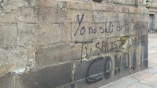 Las pintadas vandálicas de feministas en la Catedral de Santiago que tanta indignación han generado